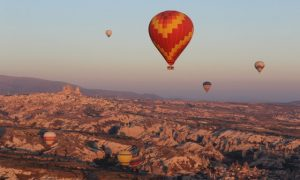 Kapadokya'da bulutların arasında balon turu